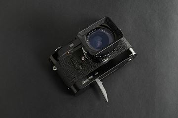 Picture of M4-M SN 1 185 006 (1968), earliest version with brass rewind knob and M2/M3 type flash sync engraving; with Elmarit 2,8/28 SN 2 062 279 (1964), first version made in Canada; with 12501 lens hood and Leicavit rapidwinder